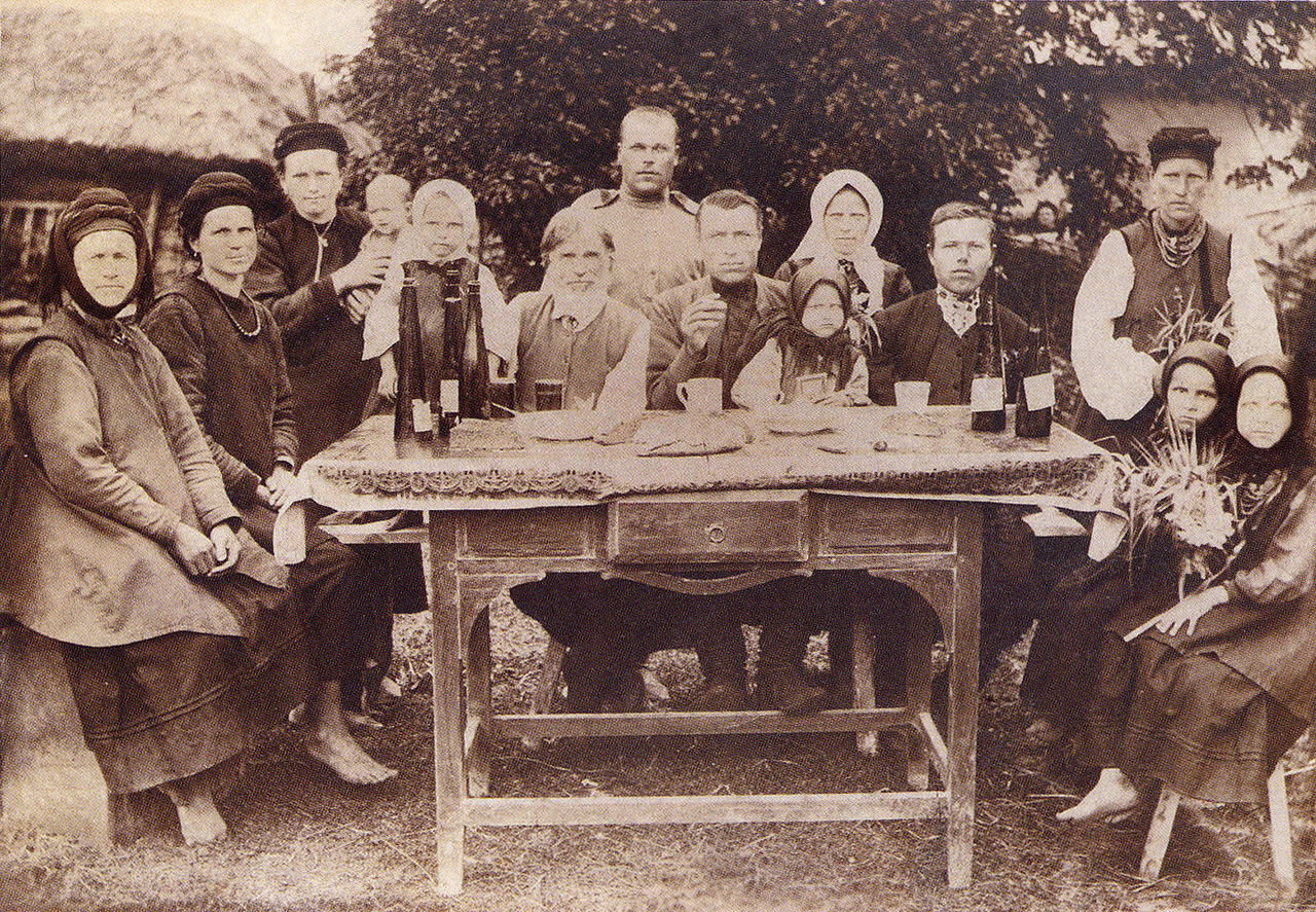 Local people from the village of Voronki in 1916 (source: http://humus.livejournal.com/3292883.html)
