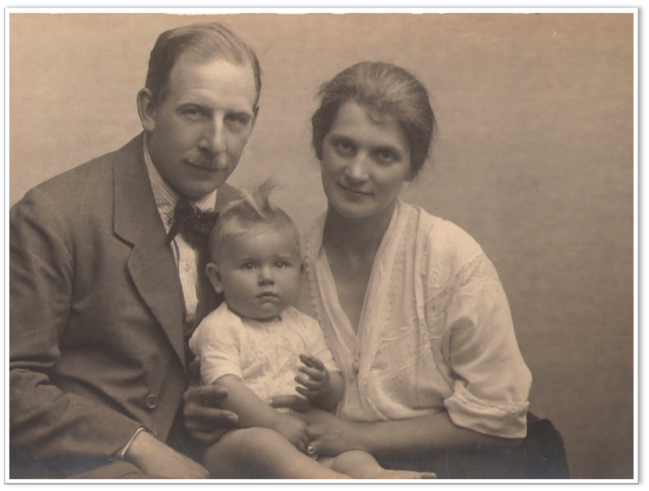 Vassili Vassilievitch and Sophia (née Ostrorog-Sadkowska) with their daughter Varvara Vassilievna in 1922